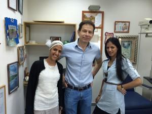 אלונה ואורית 3 חודשים לאחר הניתוח. אלונה (משמאל) כבר נשואה, ושתיהן מאושרות ללא משקפיים....