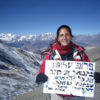 דור ריימונד עברה ניתוח להסרת משקפיים בלייזר ביוני 2013. בנובמבר 2013 היא יצאה לנפאל, והלכה עם החבר שלה את ה- Around Annapurna במשך 3 שבועות, כמובן - ללא משקפיים. במהלך הטיול היא כ